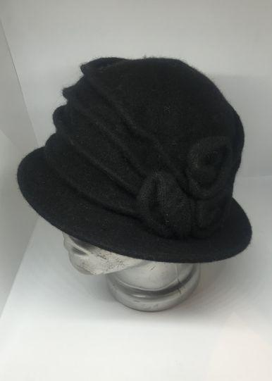 Дамска шапка с апликация