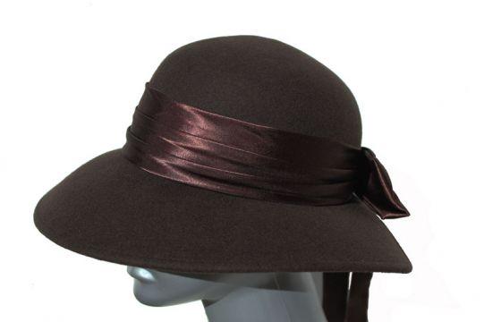 Дамска филцова шапка с панделка от сатен