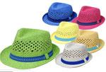 бяла шапка със синя лента