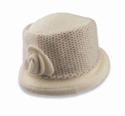 Вълнена шапка с цвете