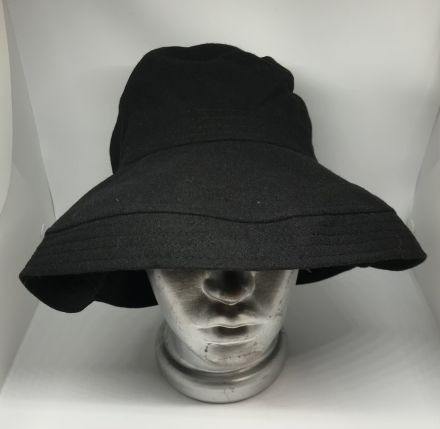 Асиметрична дамска шапка