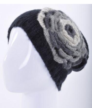 Плетена шапка с цвете