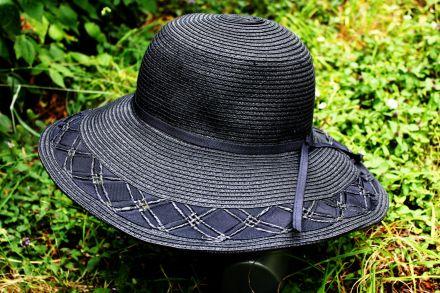 дамска шапка с плетена с лента черна